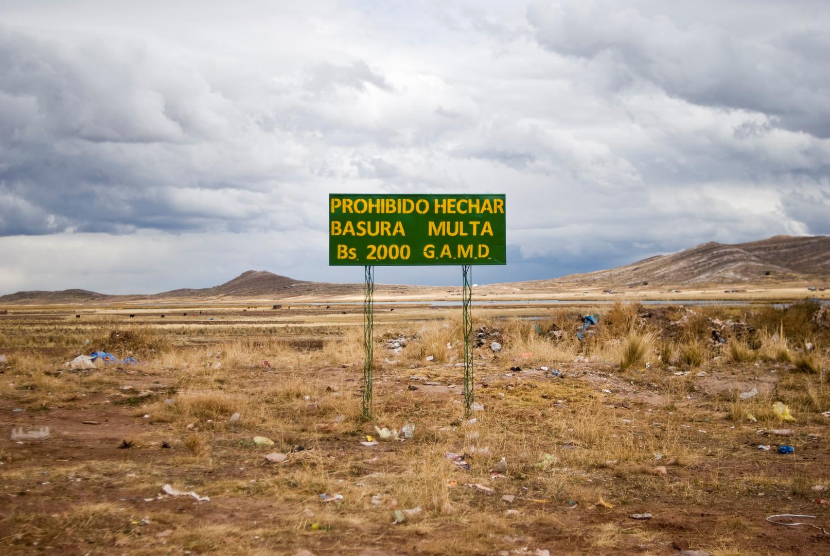 Schild informiert über Geldstrafen für illegale Müllentsorgung