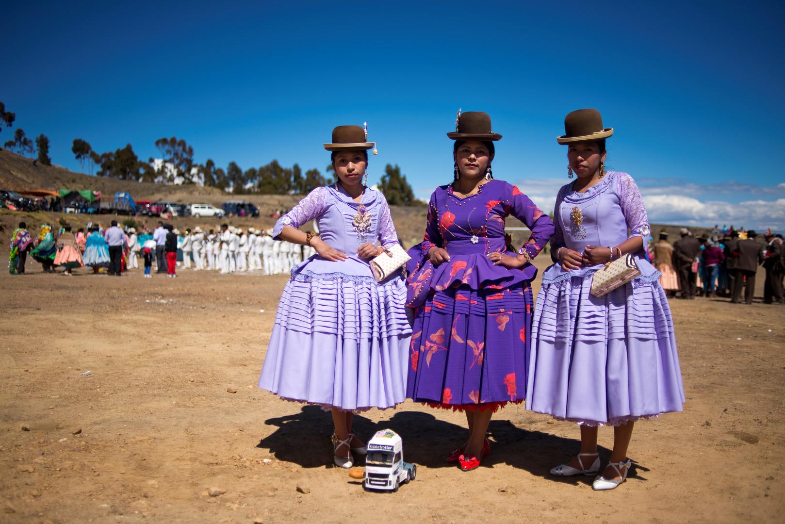 Indigene Frauen während einer Feier in der Nähe des bolivianischen Dorfes Okola