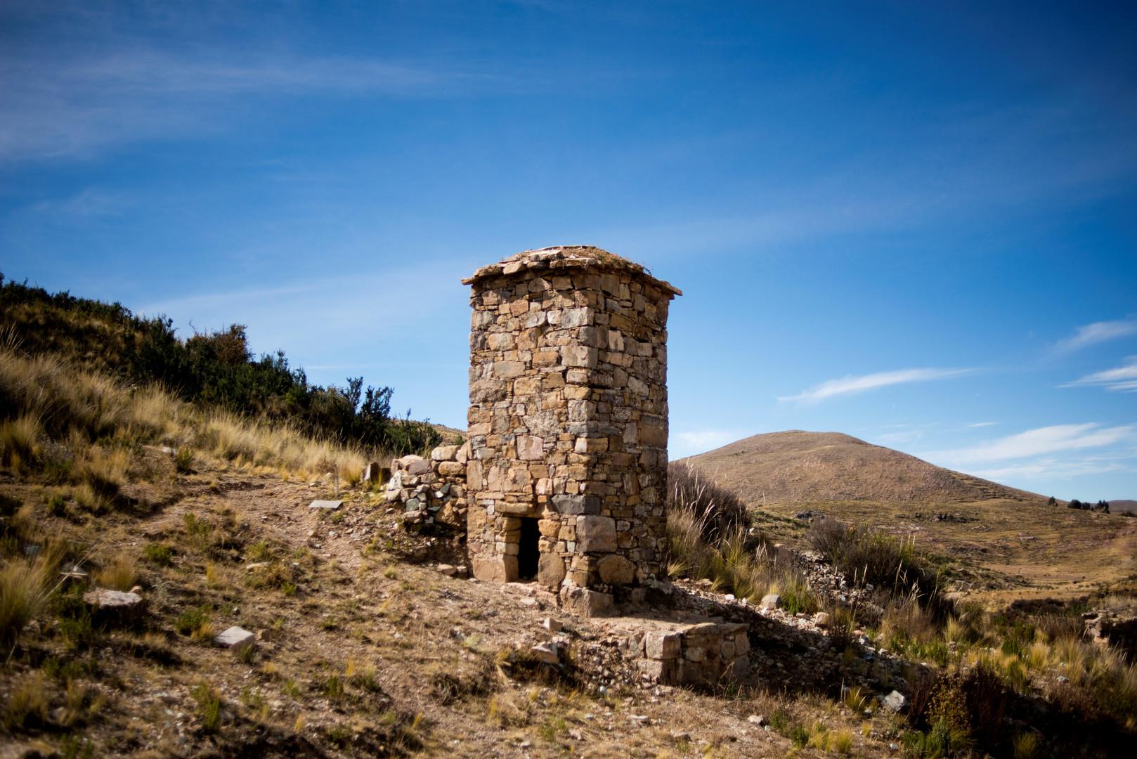 Ein altes Steingrab in einer archäologischen Stätte in der Nähe des bolivianischen Dorfes Qewaya am Titicacasee