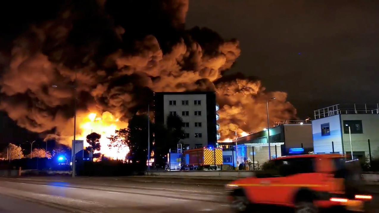 Großbrand in französischer Chemiefabrik: Feuer könnte noch Wochen andauern (Bilder)