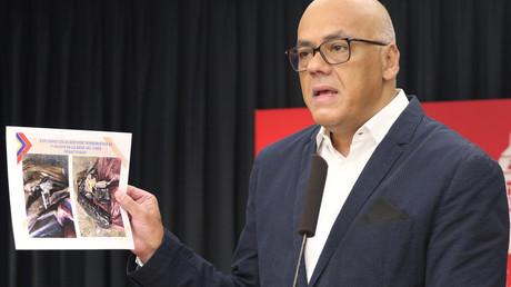 Venezuelas Kommunikations- und Informationsminister Jorge Rodríguez zeigt ein Bild von einer terroristischen Vereinigung in Kolumbien.