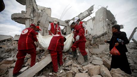 Nach dem Angriff: Kräfte des Roten Halbmonds bei der Bergung eines der Opfer am Sonntag