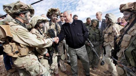 Symbolbild: Israels Ministerpräsident Benjamin Netanjahu begrüßt Soldaten, die an der Grenze zu Ägypten stationiert sind  (21. Januar 2010)