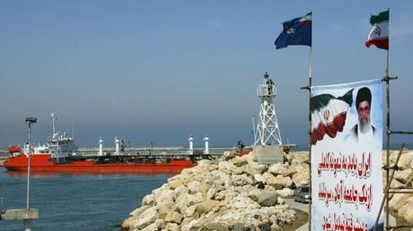 Ein iranischer Öltanker läuft vom Ölterminal Nekā ins Kaspische Meer aus (Bild vom 29. April 2004).
