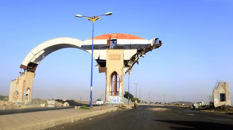 Luftschläge der von Saudi-Arabien angeführten Koalition haben dieses Tor in der jemenitischen Provinz Amran zerstört (Bild vom 6. Juli).