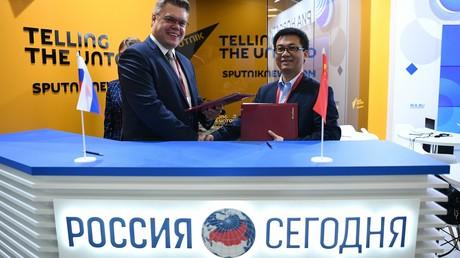 Wassili Puschkow, Leiter des Zentrums für internationale Projekte der Mediengruppe Rossija Segodnja, und Leo Lee, Generalvertreter von Huawei in Russland, bei der Unterzeichnung der Kooperationsvereinbarung auf dem 5. Östlichen Wirtschaftsforum in Wladiwostok.