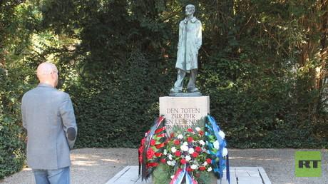Ilja Wassiljew von der Alexander-Petschjorski-Stiftung vor dem Denkmal