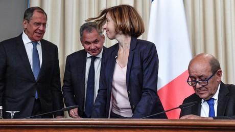 Gut gelaunt: Die russischen Minister Lawrow und Schoigu mit den französischen Amtskollegen Parly und Le Drian (v.l.n.r.) während einer Pressekonferenz am Montag in Moskau.