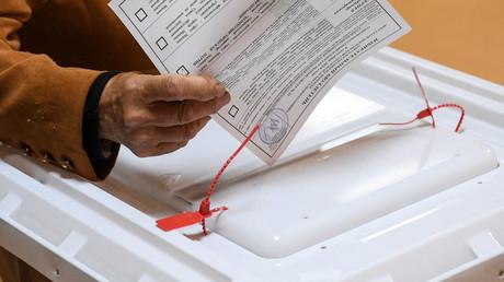 Symbolbild: Eine Frau gibt am 8. September ihre Stimme in einem Moskauer Wahllokal ab