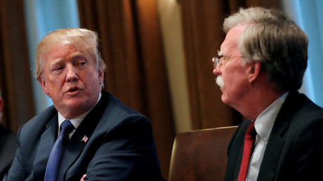 US-Präsident Donald Trump und der damalige Nationale Sicherheitsberater John Bolton am 9. April 2018 bei einem Briefing im Weißen Haus in Washington.