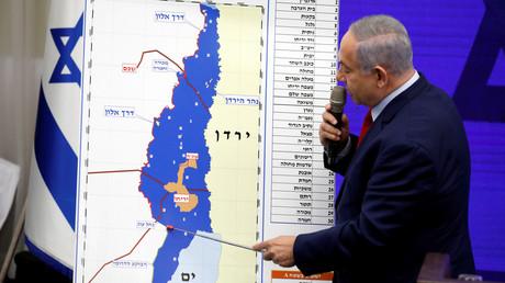 Benjamin Netanjahu zeigt am 10. September 2019 in Ramat Gan bei Tel Aviv bei einer Pressekonferenz auf eine Karte.