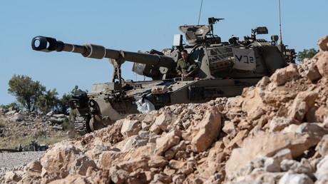 Symbolbild: Ein israelischer Soldat steht auf einem gepanzerten Kampffahrzeug in den von Israel besetzten Golanhöhen (25. August 2019). Von dort hat das israelische Militär in den letzten Jahren wiederholt Stellungen der syrischen Armee beschossen.