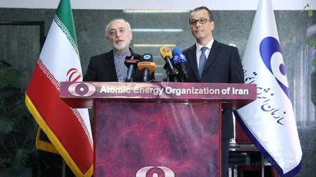 Geschäftsführender IAEA-Generaldirektor Cornel Feruta am 8. September zu Besuch in Teheran bei Ali Akbar Salehi, dem Direktor der Iranischen Atomenergiebehörde.