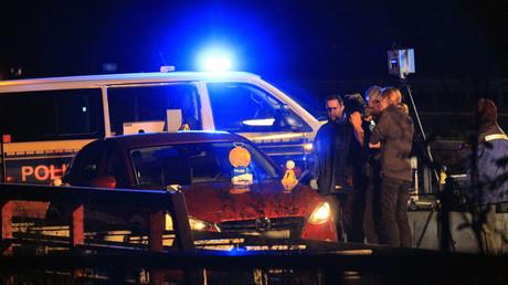 Polizisten und Kriminaltechniker stehen neben dem Auto des Mannes, der am Mittwoch auf der A10-Auffahrt Berlin-Hellersdorf von der Polizei erschossen wurde.