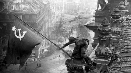Soldaten der Roten Armee hissen die sowjetische Fahne auf dem Reichstag, Berlin, 1945.