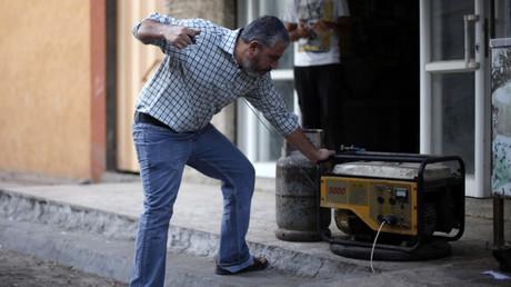 Ein Palästinenser muss zum Kochen auf Gas zurückgreifen, um seinen Generator zu betreiben, Chan Yunis, Gazastreifen.