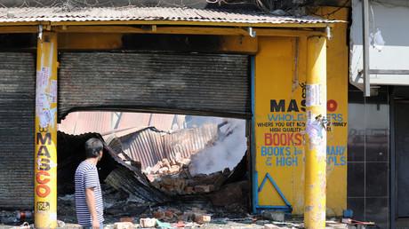 Beschädigte Geschäfte nach nächtlichen Unruhen und Plünderungen in Johannesburg