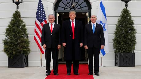 US-Präsident Donald Trump (Mitte) begrüßt am 25. März 2019 gemeinsam  mit Vizepräsident Mike Pence Israels Premierminister Benjamin Netanjahu (l.) im Weißen Haus in Washington.