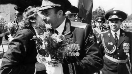 Eine Berlinerin überreicht zum Abschied einen Blumenstrauß an einen russischen Offizier und küsst ihn auf die Wange während der Abschiedszeremonie für die Berliner Brigade der russischen Armee am Sowjetdenkmal in Berlin-Treptow am 31. August 1994.