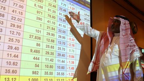 Ein Mann aus Saudi-Arabien zeigt auf einen Bildschirm, der die Aktienkurse der Bank ANB (Arab National Bank) in Riad am 15. September 2019 zeigt.