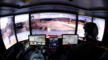 Monitore in einem israelischen Panzerfahrzeug, Israel, 4. August 2019.