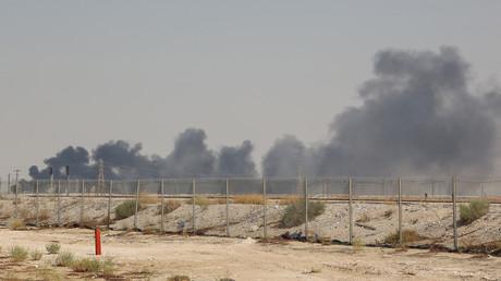Dichte Rauchschwaden über den Anlagen der saudischen Ölgesellschaft Aramco in Abqaiq am 14. September 2019