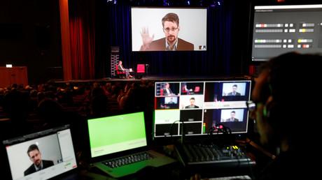Edward Snowden spricht per Videolink während einer Diskussion über sein Buch