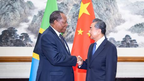 Hält Chinas wirtschaftliche Positionsstärkung in Afrika Schäden durch US-Handelsverbote klein? (Peking, 24.06.2019: Chinas Außenminister Wang Yi und sein tansanianischer Kollege Palamagamba Kabudi – dieser besuchte dort das Koordinatortreffen des Forums für Chinesisch-Afrikanische  Zusammenarbeit)