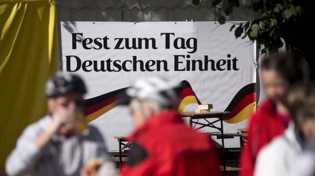 Besucher vor dem Logo auf der Festmeile zum Fest Tag der Deutschen Einheit am 3. Oktober 2016 in Berlin.