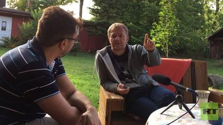 Tino Eisbrenner im Gespräch mit dem RT Redakteur Wladislaw Sankin am 14. September auf seinem Vier Winde Hof in Mecklenburg.