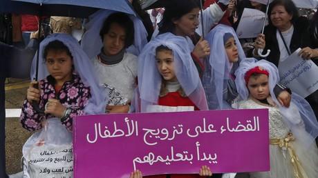 Als Hochzeitsbräute verkleidete Mädchen bei einer Demonstration gegen Kinderehen im libanesischen Beirut (2. März 2019).