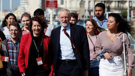 Der britische Labour-Parteichef Jeremy Corbyn trifft auf der Jahreskonferenz der Labour Party mit der Stadträtin Nancy Platts in Brighton, Großbritannien, ein. 21. September 2019.