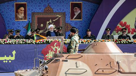 Der iranische Präsident Hassan Rohani nimmt die Militärparade am