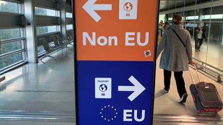 Separate Schalter für Reisende mit EU- und Nicht-EU-Pass am Dubliner Flughafen in Irland: Einer der größten Vorteile eines EU-Passes ist die Reisefreiheit.