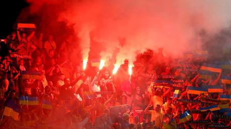 Symbolbild: Ukrainische Fans entzünden Bengalos während des Spiels gegen Litauen (Vilnius, 7. September 2019)