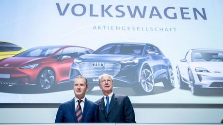 Herbert Diess (l.) und Hans Dieter Pötsch am 14. Mai 2019 bei der Volkswagen-Hauptversammlung 2019
