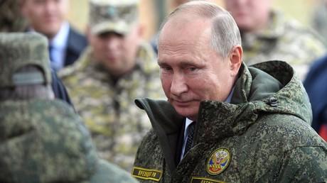 Russland schlägt Sperrfrist für Mittelstreckenraketen vor, ist bereit für Kontrollen – NATO lehnt ab (Symbolbild: Russlands Präsident Wladimir Putin wohnt auf dem Dongus-Militärübungsgelände dem internationalen strategischen Kommando- und Stabsmanöver