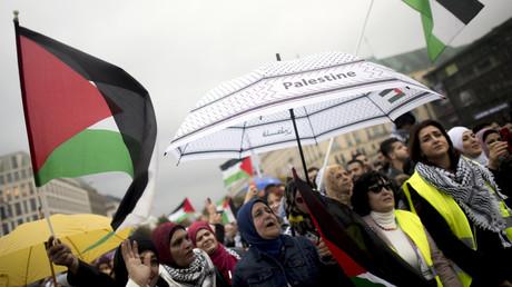 Demonstranten mit palästinensischen Fahnen auf der angemeldeten Kundgebung am Brandenburger Tor in Berlin, 25.09.2019.