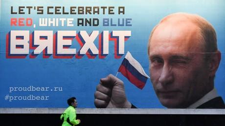 Nachdem das britische Wahlkomitee in einer öffentlichen Schlammschlacht den Verdacht einer russischen Finanzierung der Brexit-Kampagne untersuchen ließ, tauchten solche Plakate in London auf.
