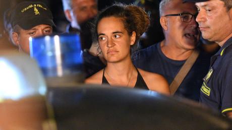 Carola Rackete, die 31-jährige Kapitänin der Sea-Watch 3, wird am 29. Juni 2019 von der Polizei von Bord begleitet und zur Befragung nach Lampedusa gebracht. (Archivbild)