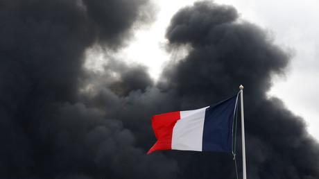 Dunkler Rauch nach Ausbruch eines Feuers in der Chemiefabrik in Rouen, Frankreich, 26. September 2019.