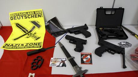 Symbolbild: Beschlagnahmte Waffen einer rechtsextremistischen Gruppe in Hamm, Dortmund, 23. August 2012.