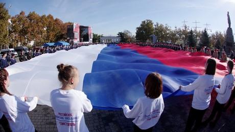Eine Menschenmenge hält während der Feierlichkeiten zum Tag der nationalen Einheit am 4. November 2018 in Sewastopol auf der Halbinsel Krim die russische Flagge.