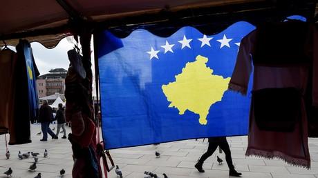 Eine kosovarische Flagge ist am 13. Februar 2018 in Pristina zu sehen. Die abtrünnige serbische Provinz feierte den zehnten Jahrestag ihrer einseitig erklärten Unabhängigkeit.