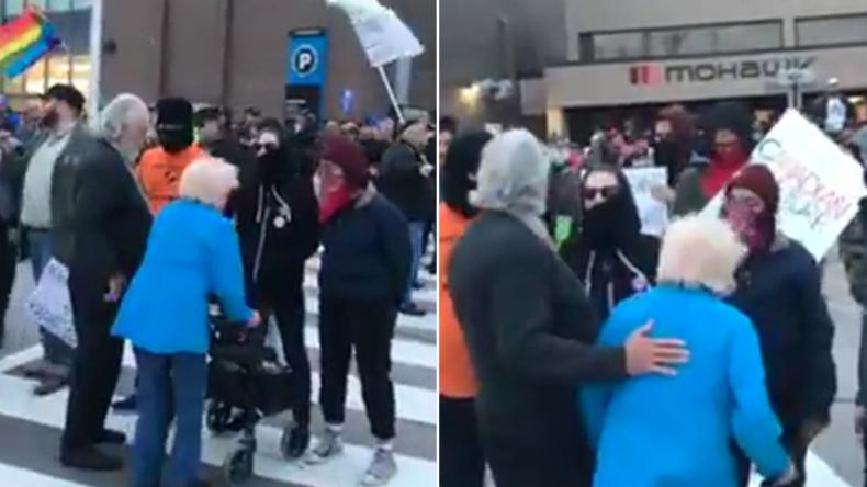 Kanada: Maskierte Antifa-Anhänger brüllen Senioren an und blockieren deren Weg