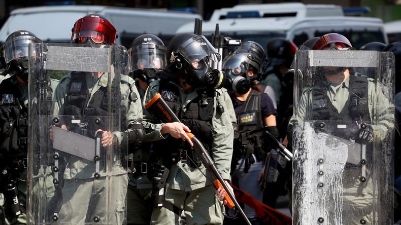 Hongkong: Polizist schießt auf Demonstrant (Video)