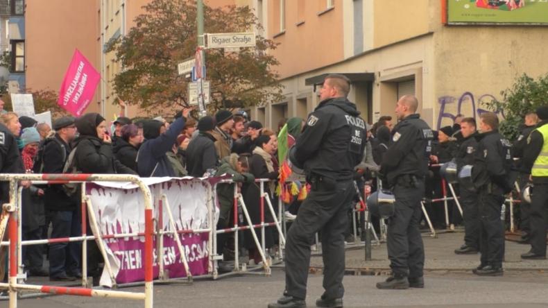 Berlin: 200 Menschen protestieren gegen Pegida-Aktion an Rigaer Straße