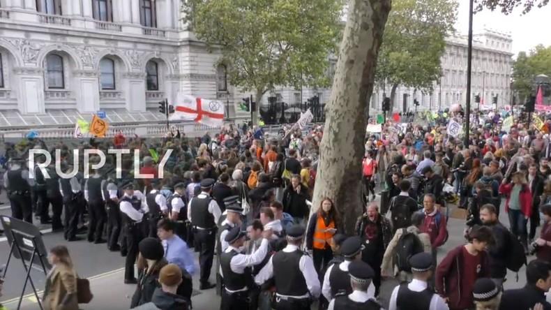 """LIVE: """"Extinction Rebellion"""" versucht Regierungsgebäude in London zu blockieren"""