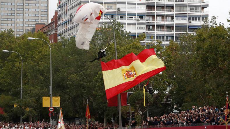 Fallschirmspringer prallt bei Militärparade in Madrid gegen Lichtmast – Publikum klatscht Beifall