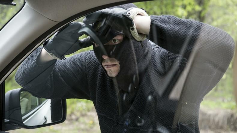Sofortiges Karma: Mann will mit Ziegelstein Autofenster einschlagen und verletzt sich im Gesicht